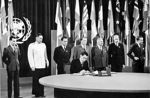 Подписывает 1945